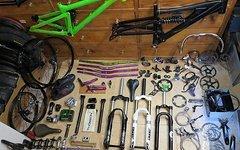 Rahmen, Federgabeln, Bremsen, Antrieb, Laufräder, Lenker, Vorbauten, Reifen, Sättel, Bekleidung, usw