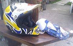 Hjc Enduro/Cross Helm inkl. UFO Knieprotektoren