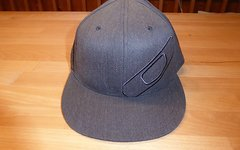 Oakley Cap (Gr. 6 7/8 – 7 1/4; grau; Flexfit)