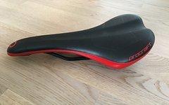 Procraft Sattel schwarz/rot 140mm breit