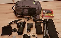 Nikon D5100 mit 18-105, Blitz, Stativ, Rucksack, Buch etc.