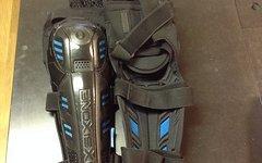 661 SixSixOne Pro Knee/Shin Schoner, schwarz/blau, Gr. L