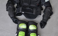 IXS Assault Jacket - Protektor Jacke L/XL und IXS CLEAVER Knieprotektoren L