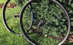 Custom Carbon Laufradsatz 650+ mit Lefty und DT-Swiss 45 mm Innenbreite
