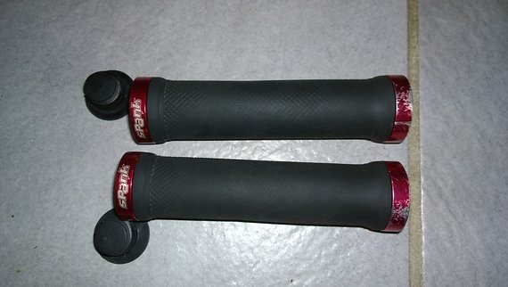 Spank Spoon Lock On Griffe in rot/schwarz