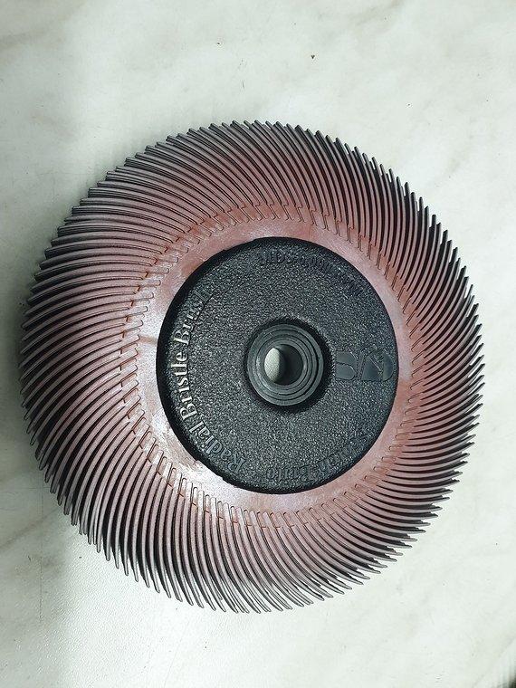 Scotch-Brite Radial Bristle Brush BB-ZB mit Kunststoff-Flansch, rot, 152,4 mm, 12,7 mm, P220, Typ C