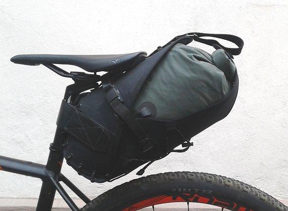 Restrap Carryeverything Sattelholster für Bikepacking