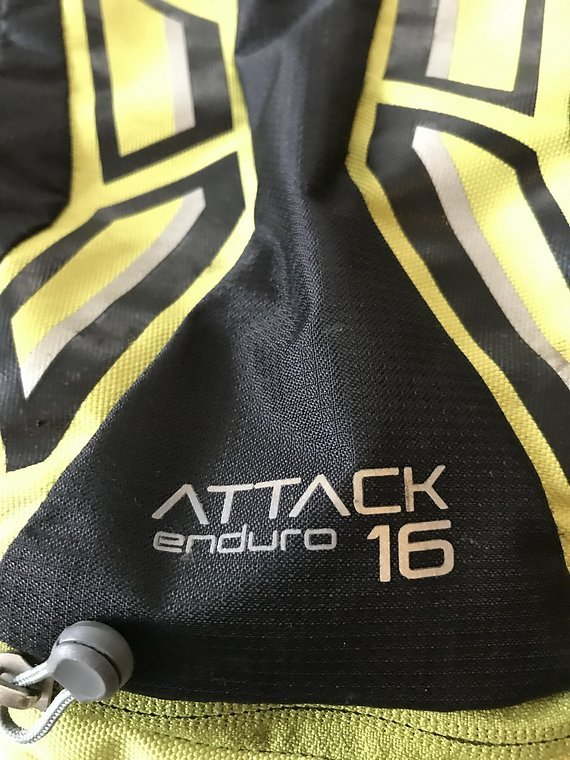 Deuter Attack 16 mit Protektor