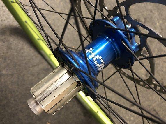 """Spank Spike Race 33 Hope Pro 4 Laufradsatz In 27.5 Verkaufe Radsatz SPANK SPIKE RACE 33 + HOPE PRO 4 EVO NABEN - Felgen: SPANK SPIKE RACE 33AL EVO emerald green 650B Nabe VR: HOPE PRO 4 EVO blau eloxiert 15/100mm 32Loch Nabe HR: HOPE PRO 4 EVO blau eloxiert 142/12mm 44T 32Loch Speichen: Sapim D-Light 2.0/1.65/2.0 schwarz Nippel: Sapim Polyax blau  Das Voderrad hat eine """"Schlag"""" (siehe Bild)- wurde aber so gut es geht raus zentriert.  Gekauft am 23.08.2016 (Rechnung vorhanden) Np: 500€ bei bike Lädle custom wheels.  KEINE RATENZAHLUNG!KEIN TAUSCH! Preis vhb!  Da Privatverkauf keine Garantie oder Rücknahme! Versand und Abholung möglich!"""