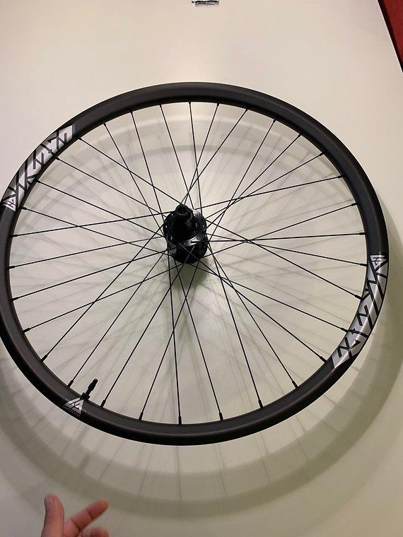 """Newmen & Light Bicycles Laufradsatz 27,5"""" 650B Boost XD Freilauf Newmen Light Bicycles Carbon NEU 1641gr Enduro 30mm Innenweite"""