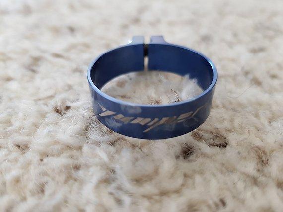 Yuniper Sattelklemme 31,8 blau