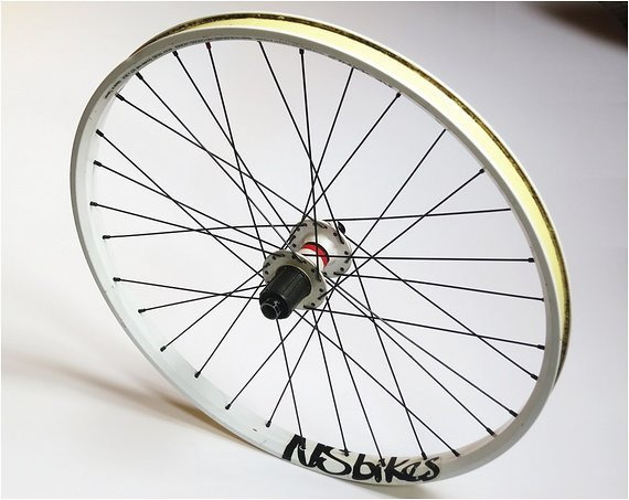 """Ns-Bikes / Novatec 24"""" Laufrad   breites Hinterrad mit weißer Felge und weißer Nabe"""