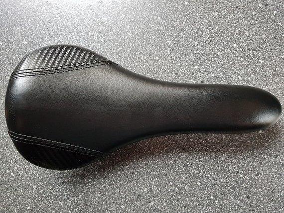 Mcfk Ledersattel Carbon | gepolstert schwarz Leichtbau