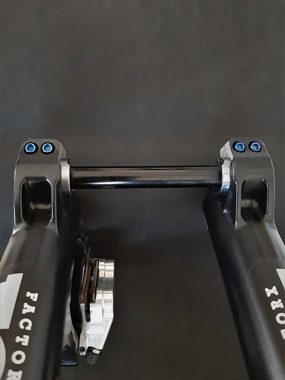 Ti-Suspension FOX - Pinch Bolts TITAN blau M5x18 Achsschrauben NEU