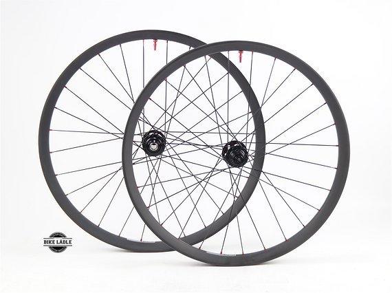 Syntace C33i Carbon Laufradsatz Scaled Sizing mit DT Swiss 240 Naben Liteville 101 / 301 / 601 / Bike-Lädle Laufradbau